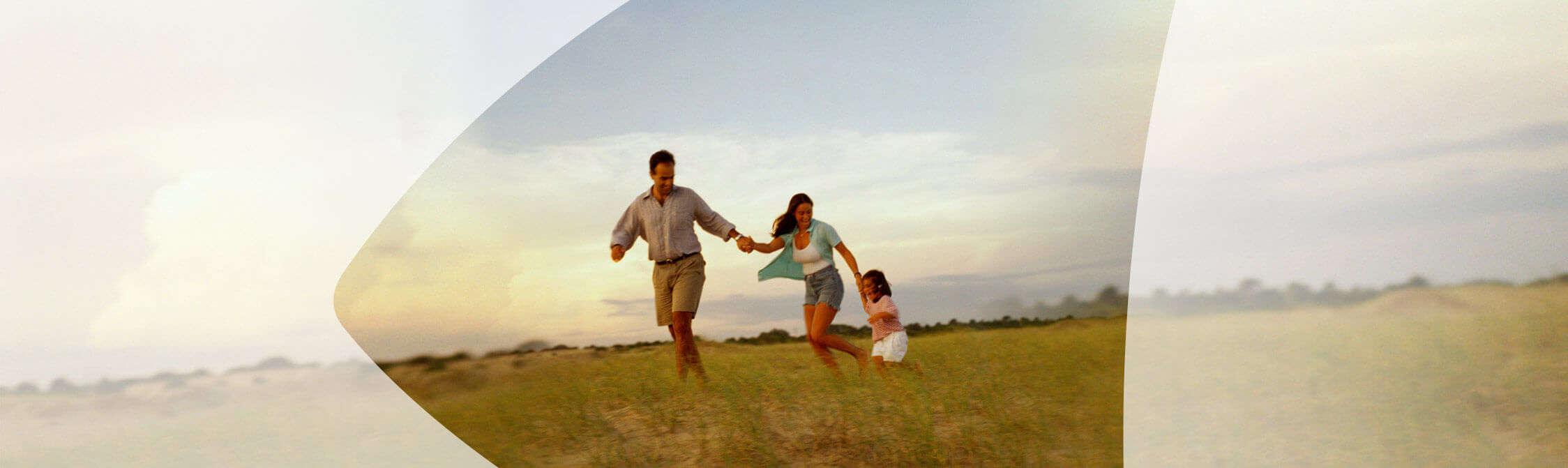 Famille de jouer ensemble dans un champ