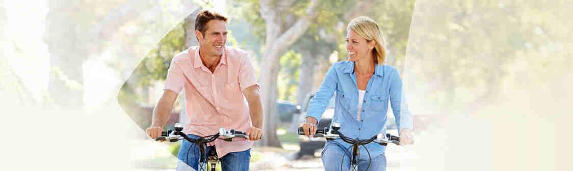 Couple heureux vélo ensemble