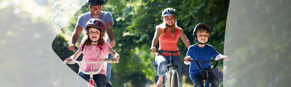 Heureux famille à vélo ensemble