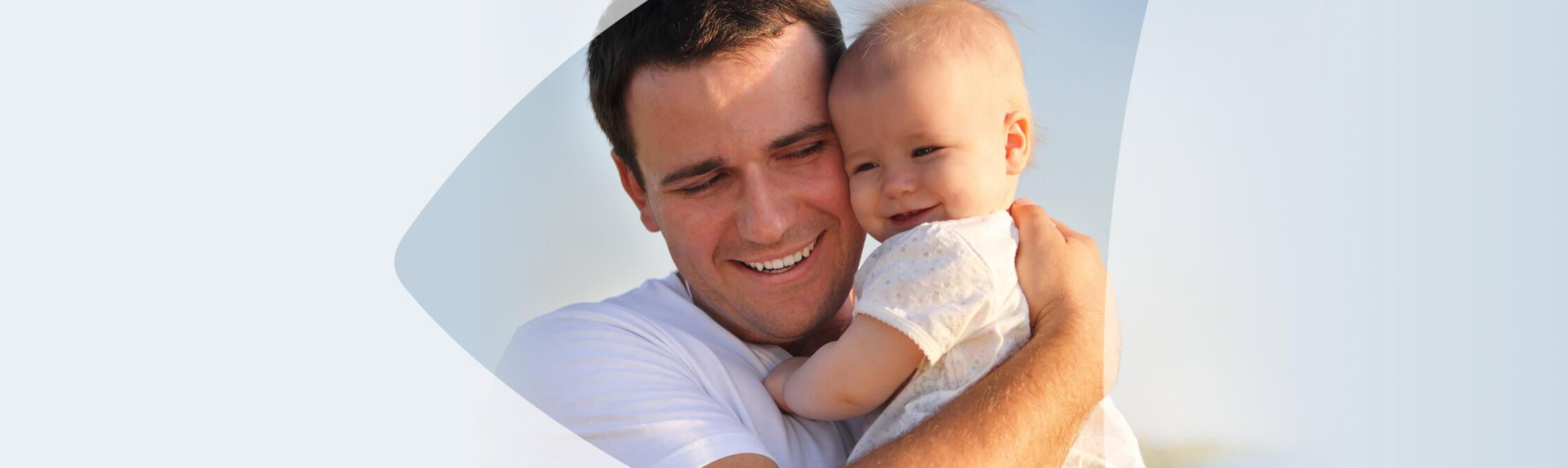 Heureux père serrant son bébé