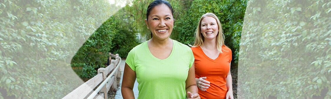 Deux femmes actives, en santé et souriantes qui marchent.