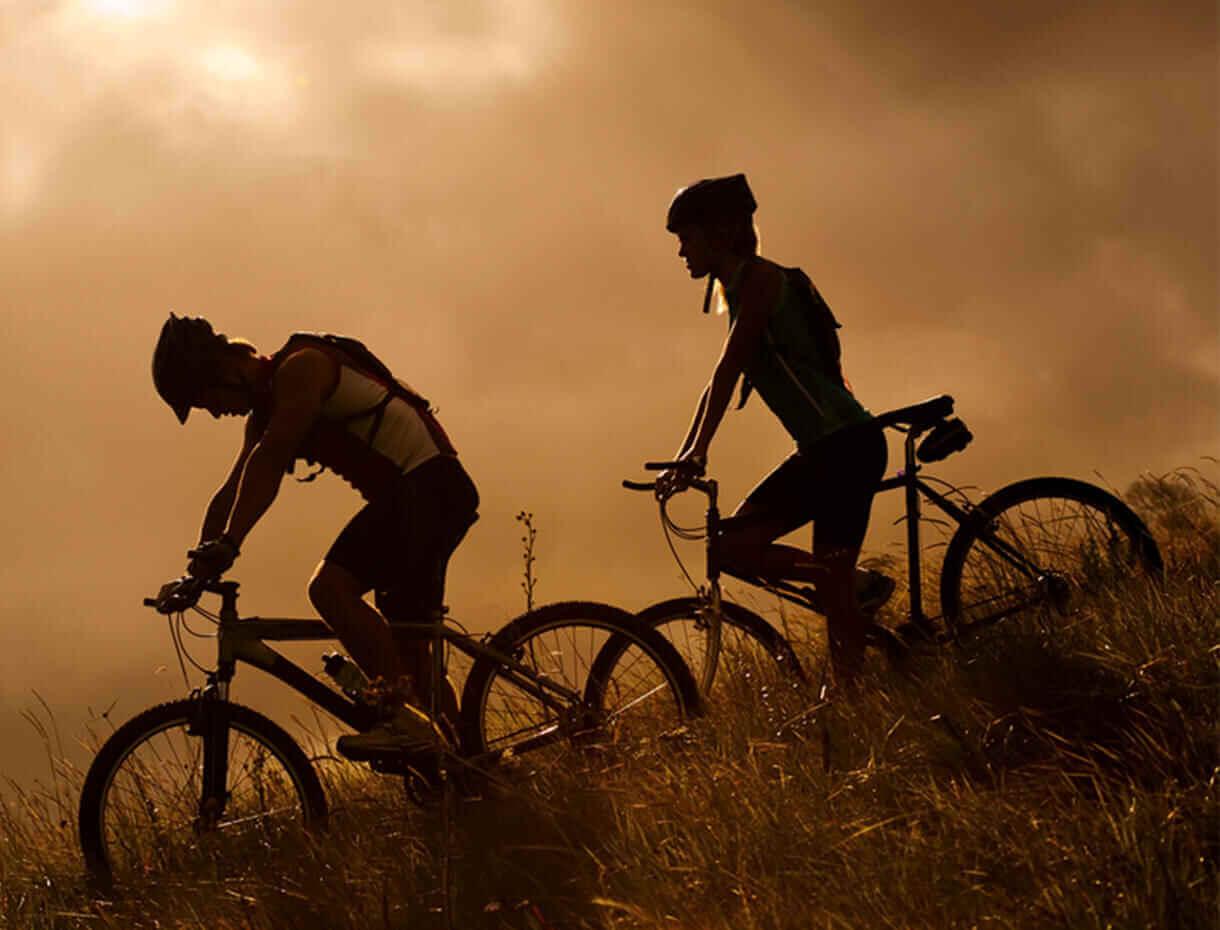 Couple vélo en descente