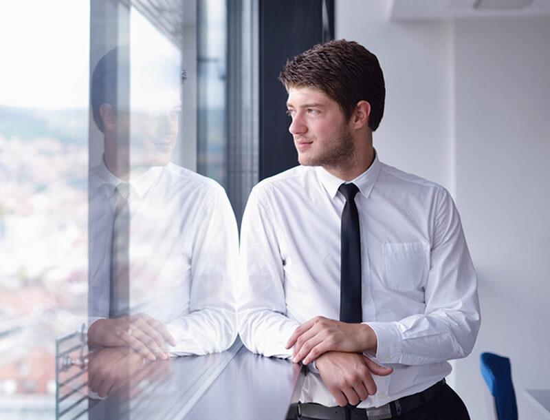 Homme d'affaires regardant par la fenêtre
