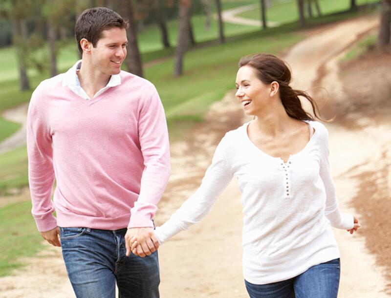 couple heureux se tenant les mains et marcher ensemble