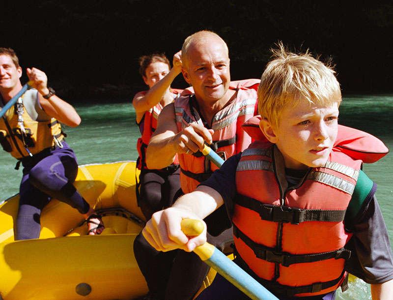 Famille rafting ensemble sur une rivière