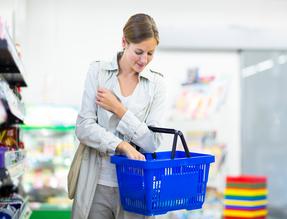 shopping femme dans l'épicerie